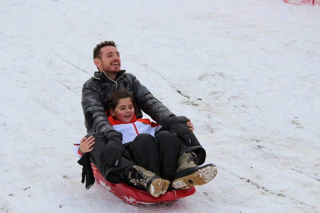 babbo figlia padre genitore amore crescere neve gioco divertimento